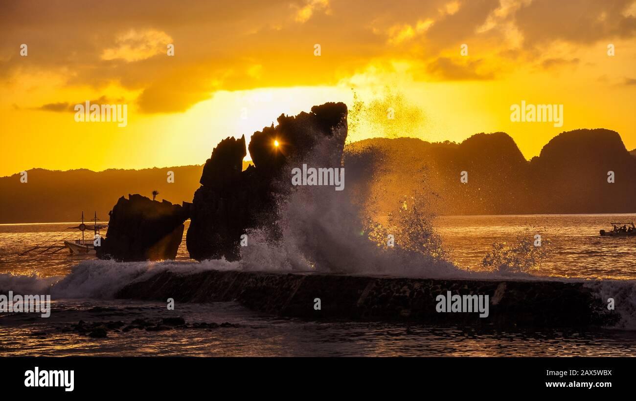 Paisaje a última hora de la tarde - vista desde la isla de Lagen, el Nido, Palawan, Filipinas Foto de stock