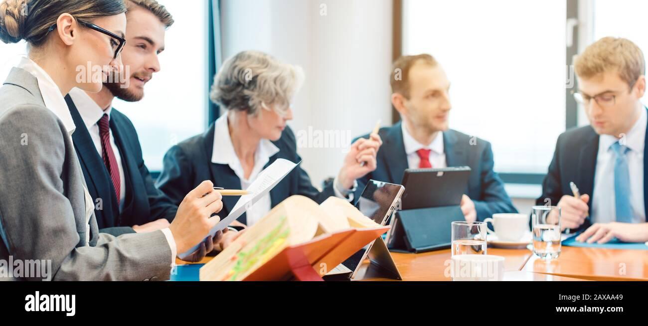 equipos de abogados que negocian un acuerdo Foto de stock