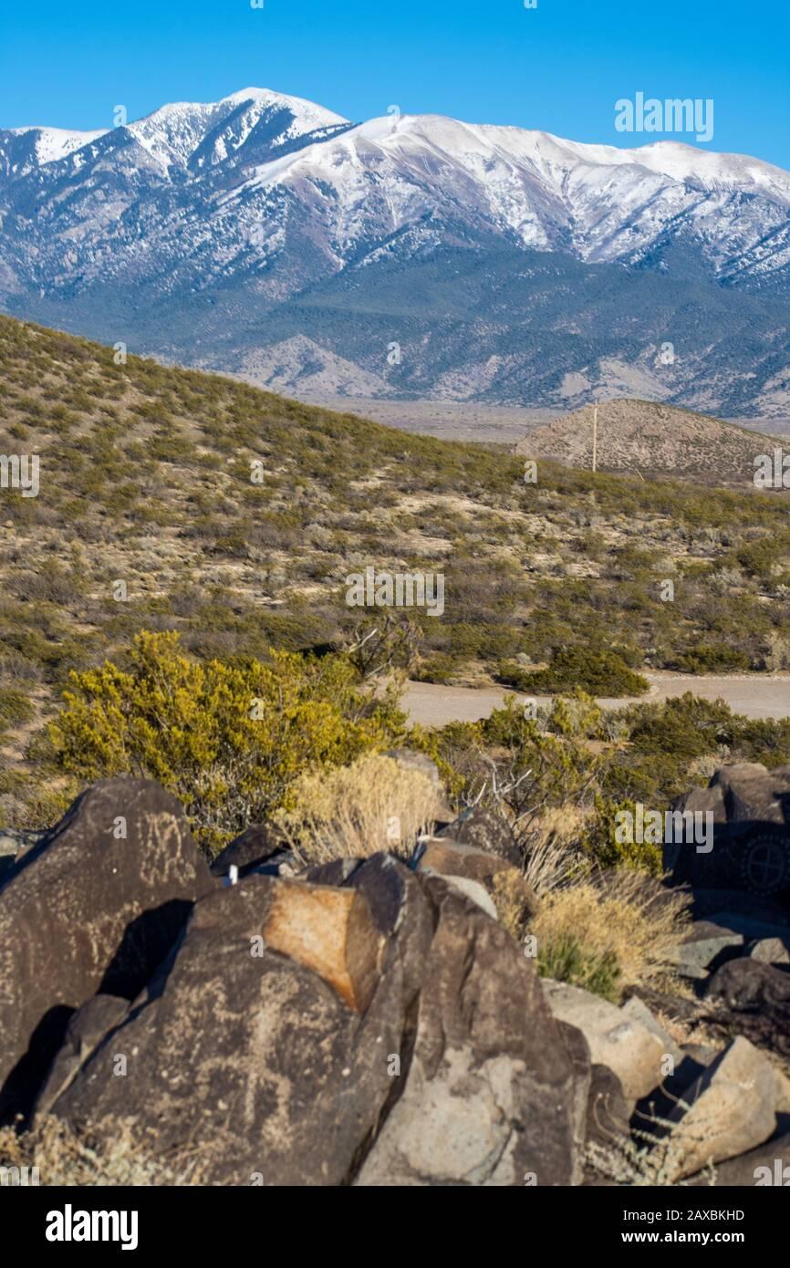 Un lagarto de 600 años tallado en basalto por los pueblos Jornada Mogollon de Nuevo México. Foto de stock
