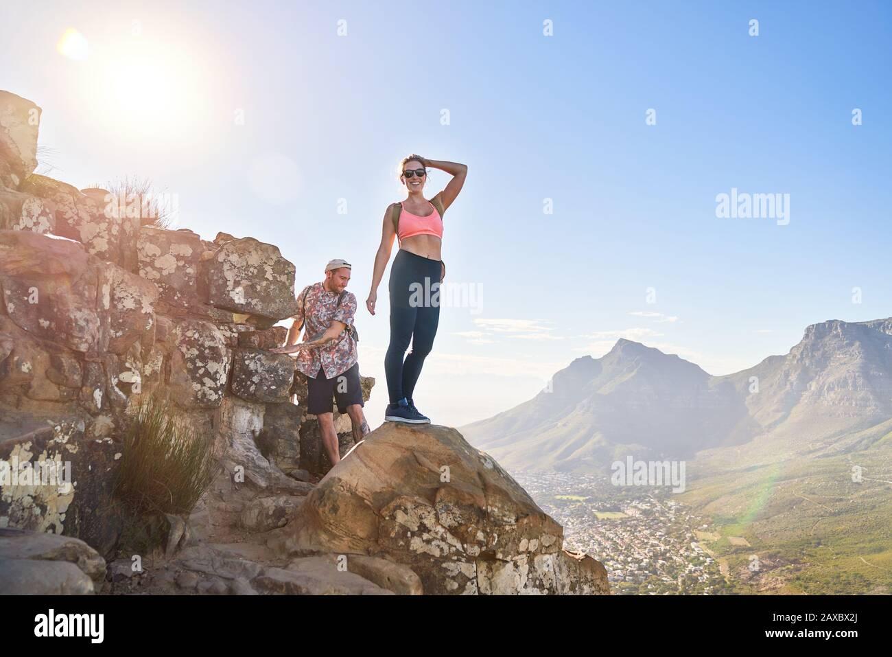 Retrato feliz mujer joven senderismo acantilado soleado Ciudad del Cabo Sudáfrica Foto de stock