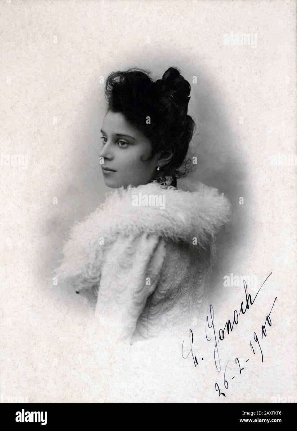 1900 , 26 de febrero , Vicenza , ITALIA : la noblewoman italiana C. JONOCH , foto de A. Bordigoni , Bassano del Grappa ( Vicenza ) - BELLE EPOQUE - ITALIA - NOBLEZA - NOBILI - NOBILTA' ITALIANA - FOTO STORICHE - FOTOS DE HISTORIA - collar - colletto - piel - pelliccia - buen tibetano - YAK - autografo - firma - firma - chignon - nobildonna - profilo - perfil - orecchino - Orecchini - ardops - perlas - perla - perle - vestido blanco - abito vestido bianco - MODA - MODA © Archivio GBB / Foto de stock