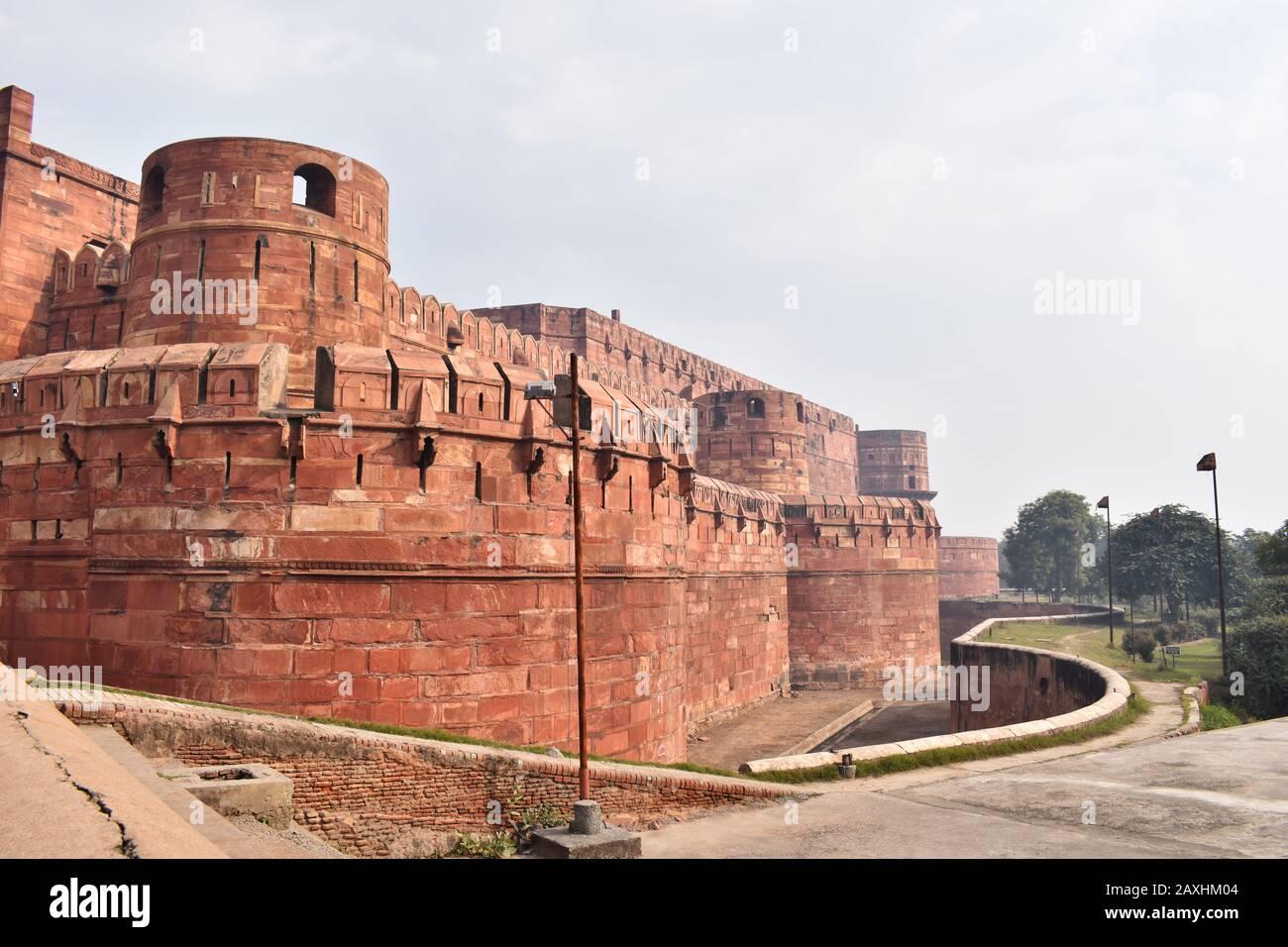 Vista lateral del fuerte de Agra, fortaleza del siglo XVI de piedra arenisca roja situada en el río Yamuna, Agra, Uttar Pradesh, India Foto de stock