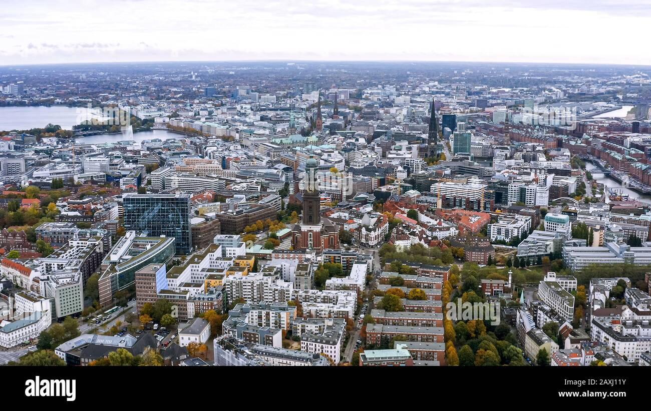 Vista aérea del paisaje urbano de Hamburgo en Alemania. Es una ciudad enorme con varios distritos. Por encima de la vista hazaña. Los edificios y lugares de interés del centro de la ciudad de Hamburgo Foto de stock