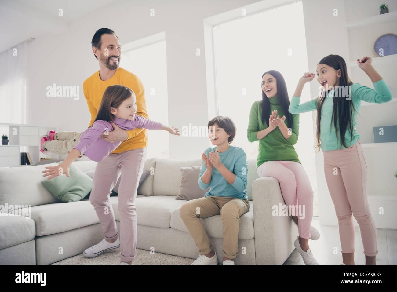 Comodidad armonía acogedora gente loca familia pasar tiempo papá papá lleva niño adoptado poco ella vuela las manos como mamá avión mamá niños preadolescentes palmar las manos Foto de stock