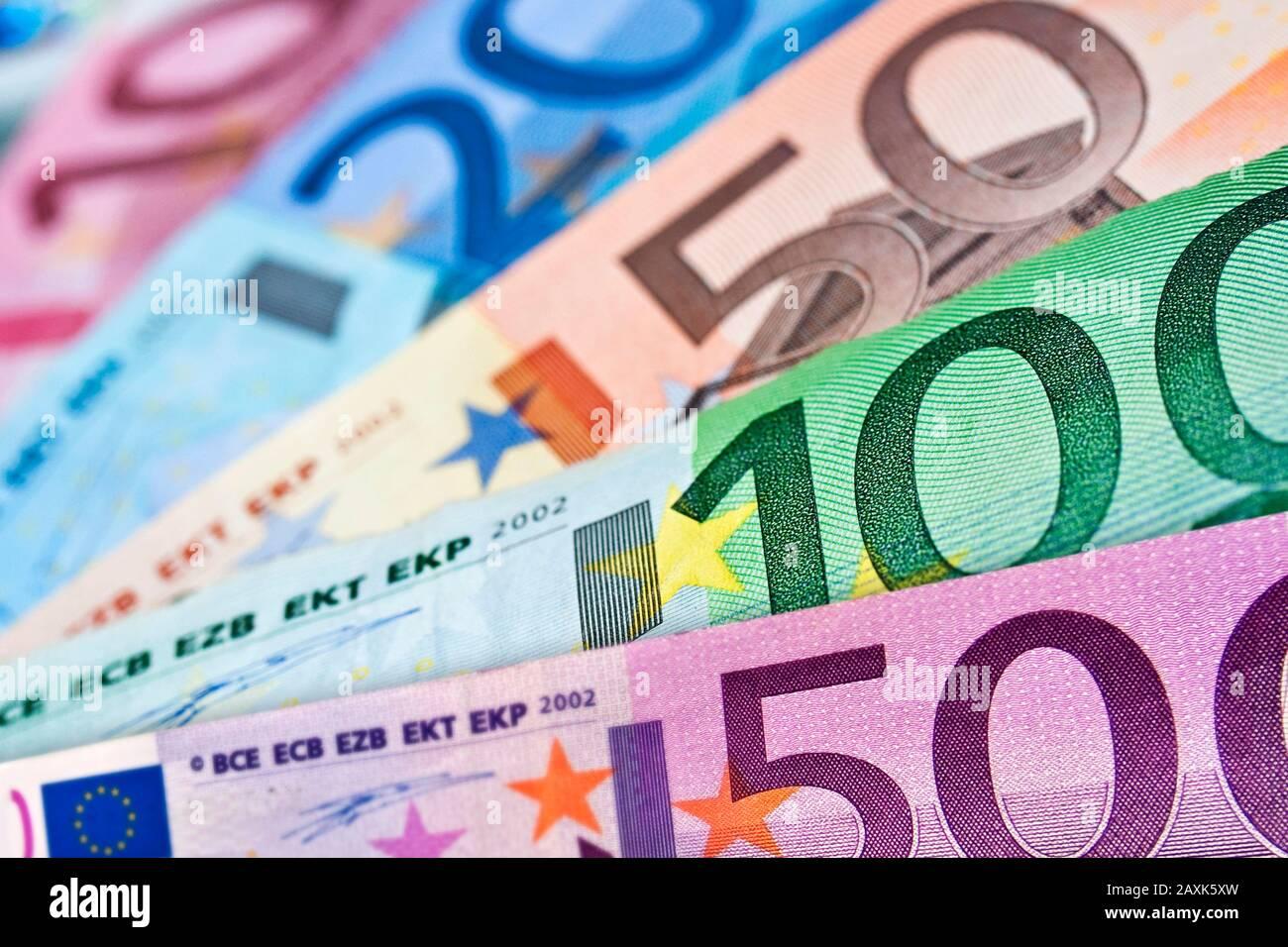 Primer plano de varios billetes de euros, fondo de dinero colorido, concepto de efectivo en moneda europea Foto de stock