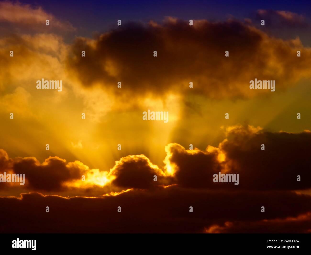 Resumen de las espectaculares nubes al amanecer sobre el Atlántico Norte en Funchal en febrero, Madeira, Portugal, Unión Europea Foto de stock