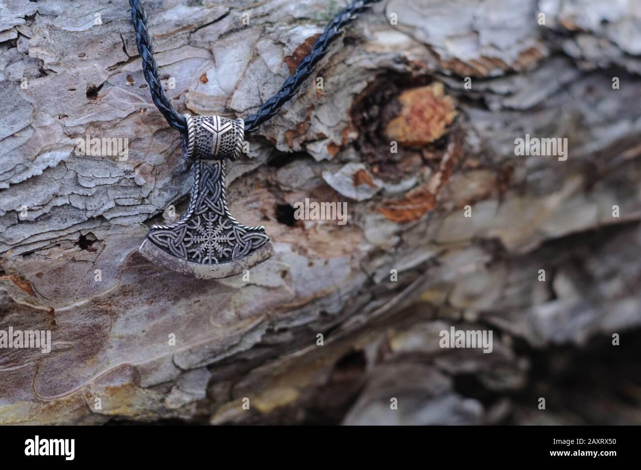 Amuleto de plata martillo de Thor en el bosque Foto de stock