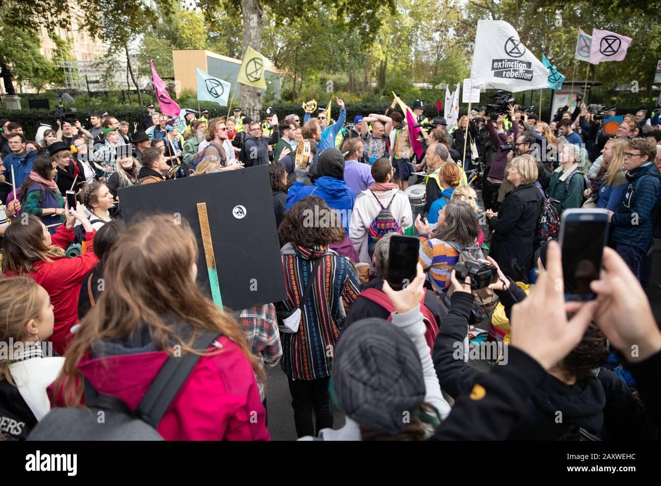 Londres, Reino Unido. 08 OCT 2019. La gente participa en la Rebelión Internacional De Extinción. Extinción Rebelión llevó a cabo la protesta Foto de stock