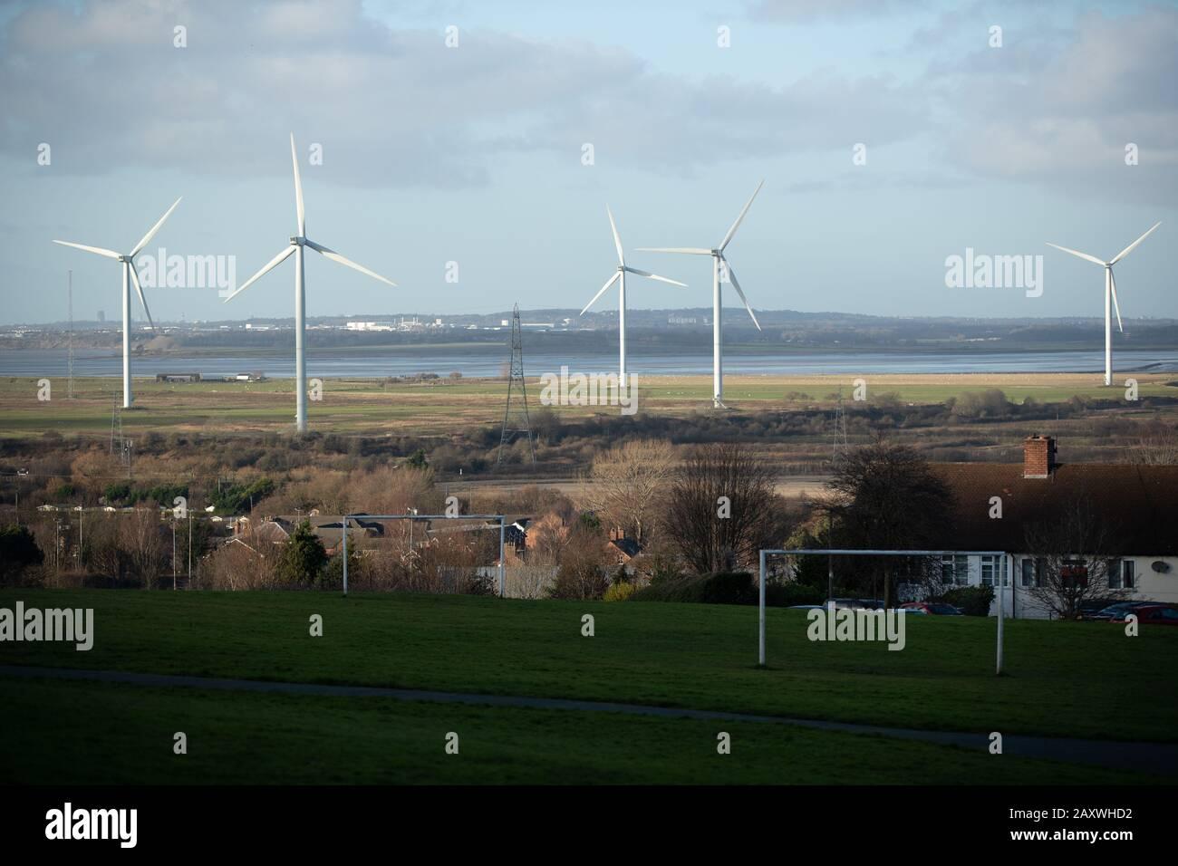 Frodsham, Reino Unido. 09 DIC 2019. Las turbinas generan electricidad a partir de energía eólica para suministrar energía a la Red Nacional del Reino Unido en Frodsha Foto de stock