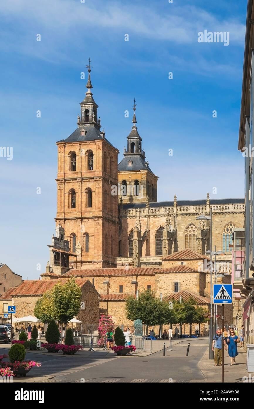 Astorga, provincia de León, Castilla y León, España. La catedral de Astorga. Catedral de Santa María de Astorga. Foto de stock