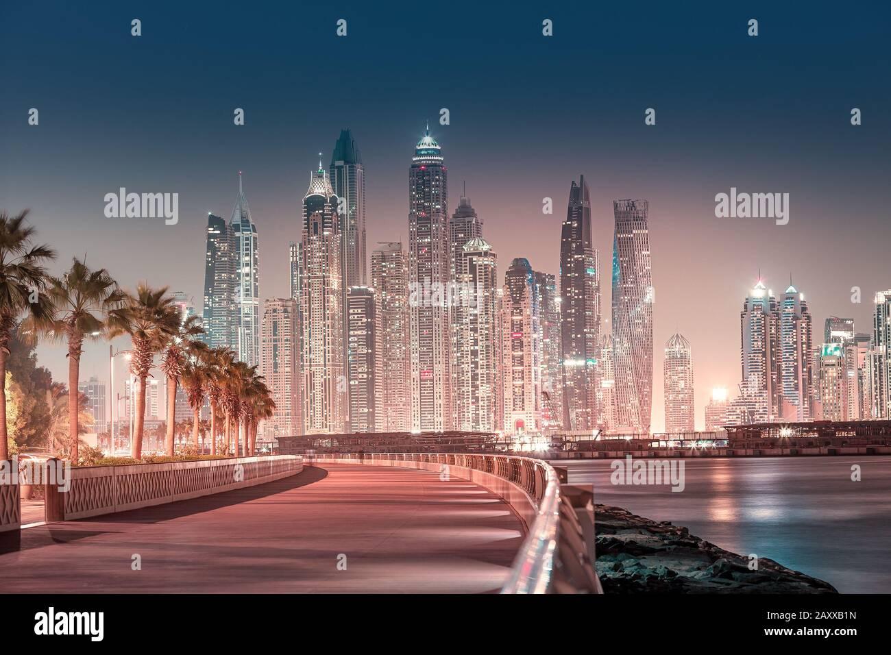 Majestuosa vista de la ciudad de rascacielos y edificios de hotel en el área del puerto deportivo de Dubai desde la isla Palm Jumeirah en Dubai. Bienes raíces y atracción turística Foto de stock