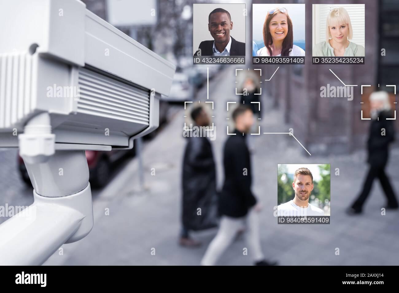 Retrato de un joven empresario reconoció la cara con precisión con el sistema de aprendizaje intelectual Foto de stock