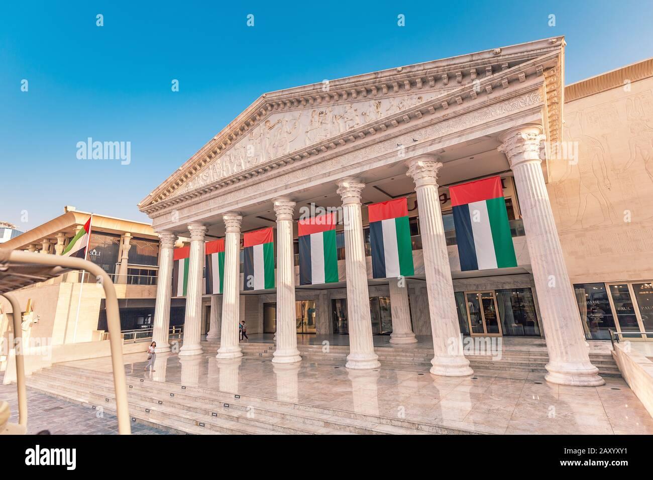 29 de noviembre de 2019, Dubai, Emiratos Árabes Unidos: Templo de temática griega en el centro comercial WAFI con restaurante francés Paul en el interior Foto de stock