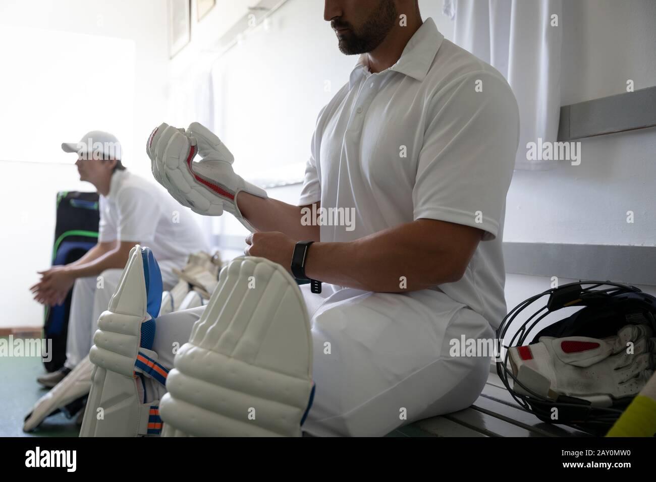 Hombre preparándose en el vestuario antes de jugar Foto de stock