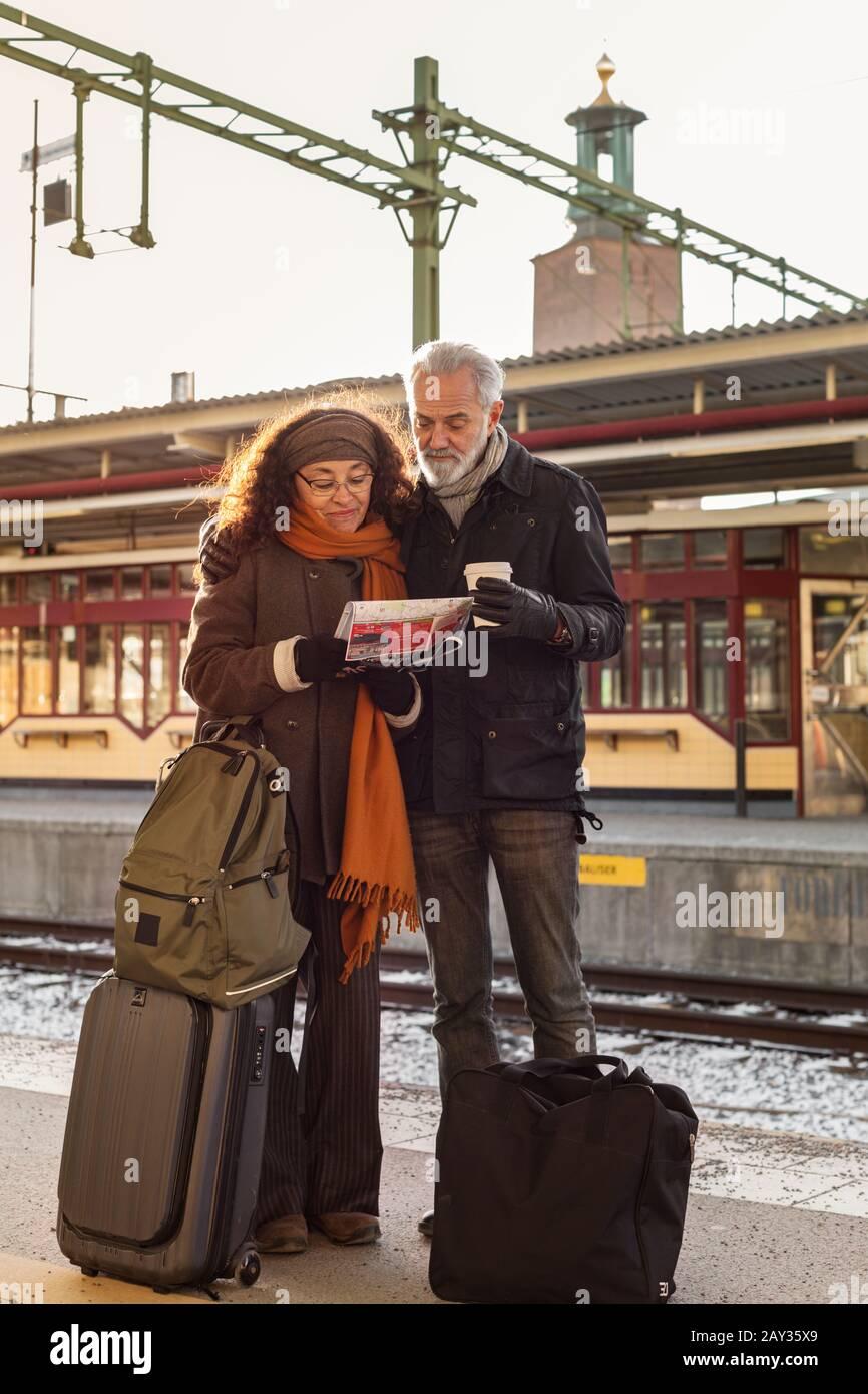 Pareja mayor en la plataforma de la estación de tren Foto de stock