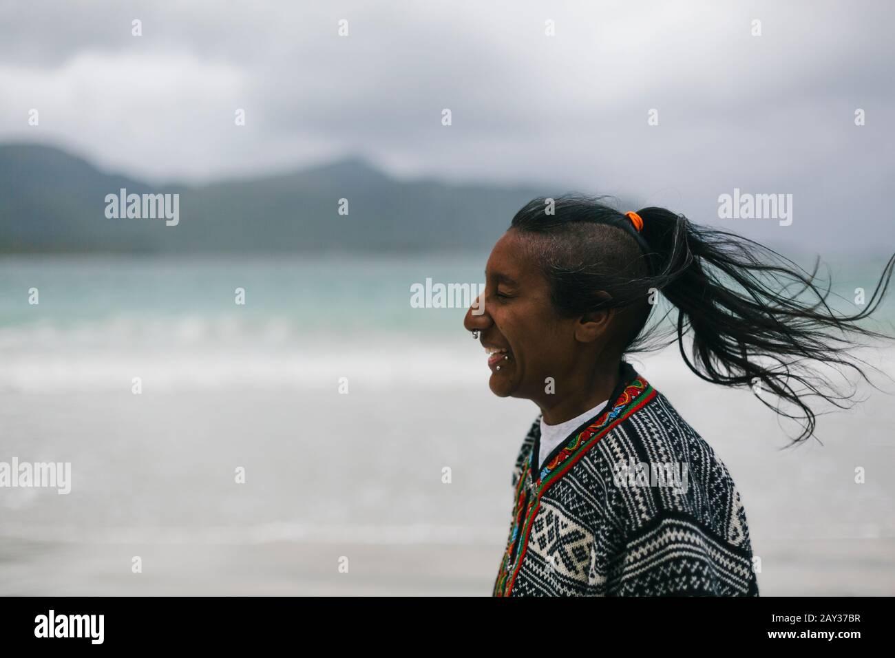 Mujer riendo en la playa Foto de stock