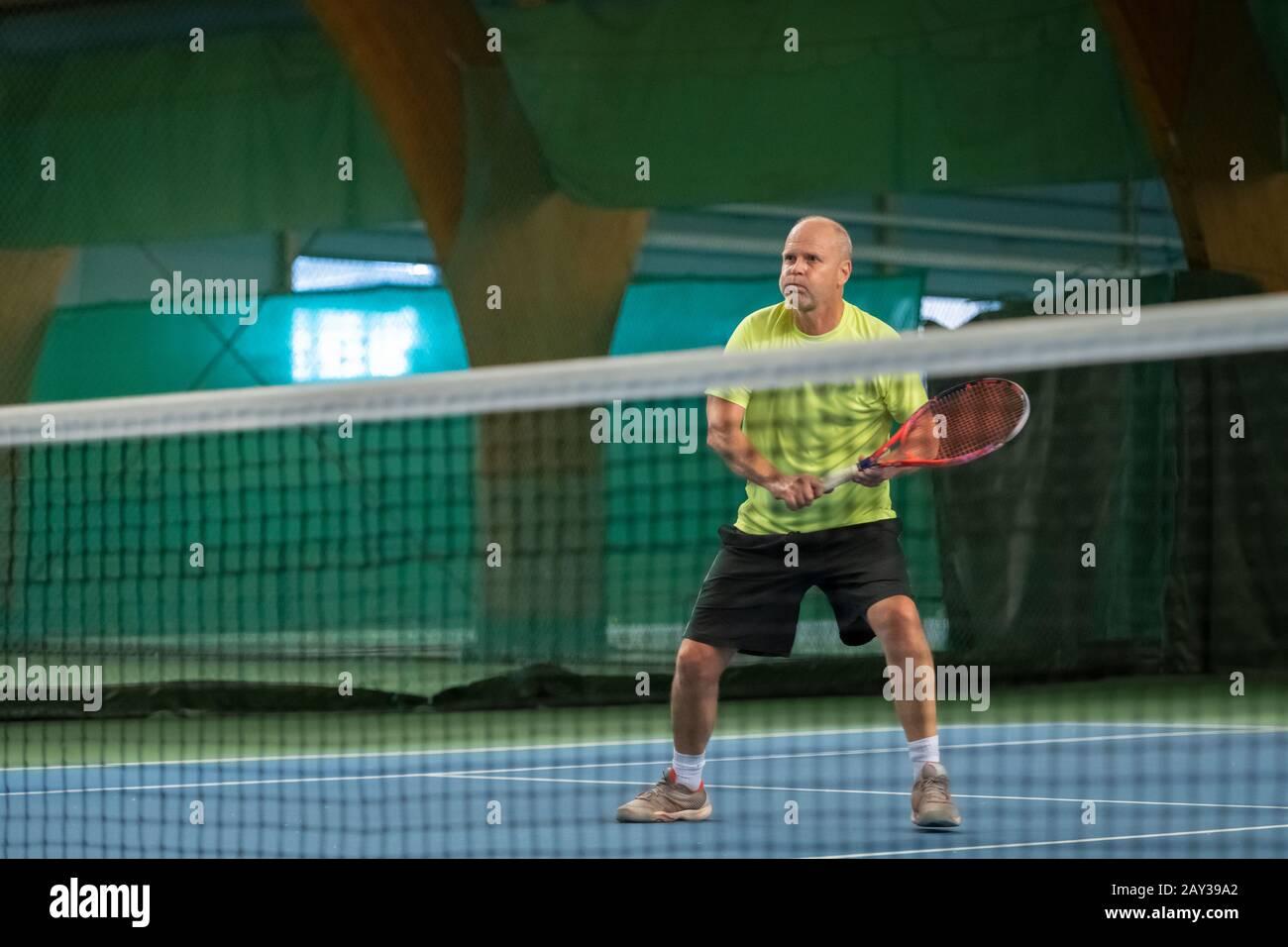 Hombre jugando al tenis Foto de stock