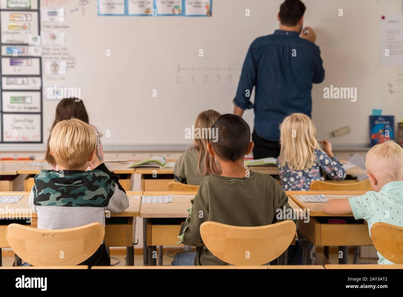 Los escolares en el aula Foto de stock