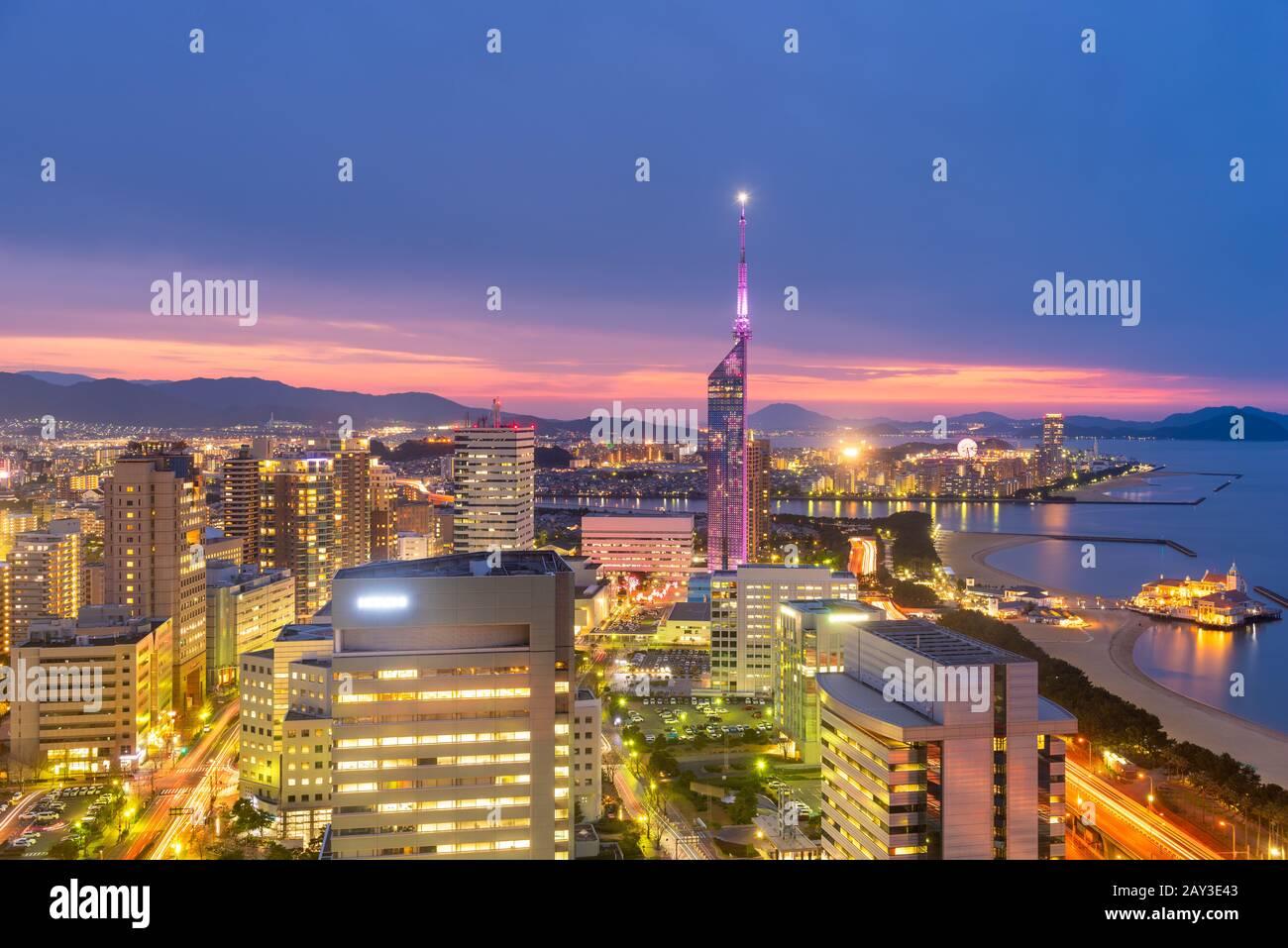 Fukuoka, el horizonte de la ciudad de Japón y la torre al atardecer. Foto de stock