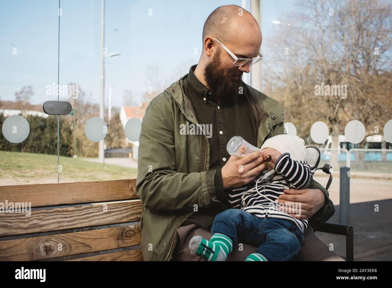 El padre del bebé alimentación Foto de stock