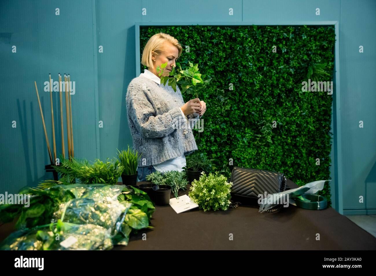 Mujer arreglando plantas Foto de stock