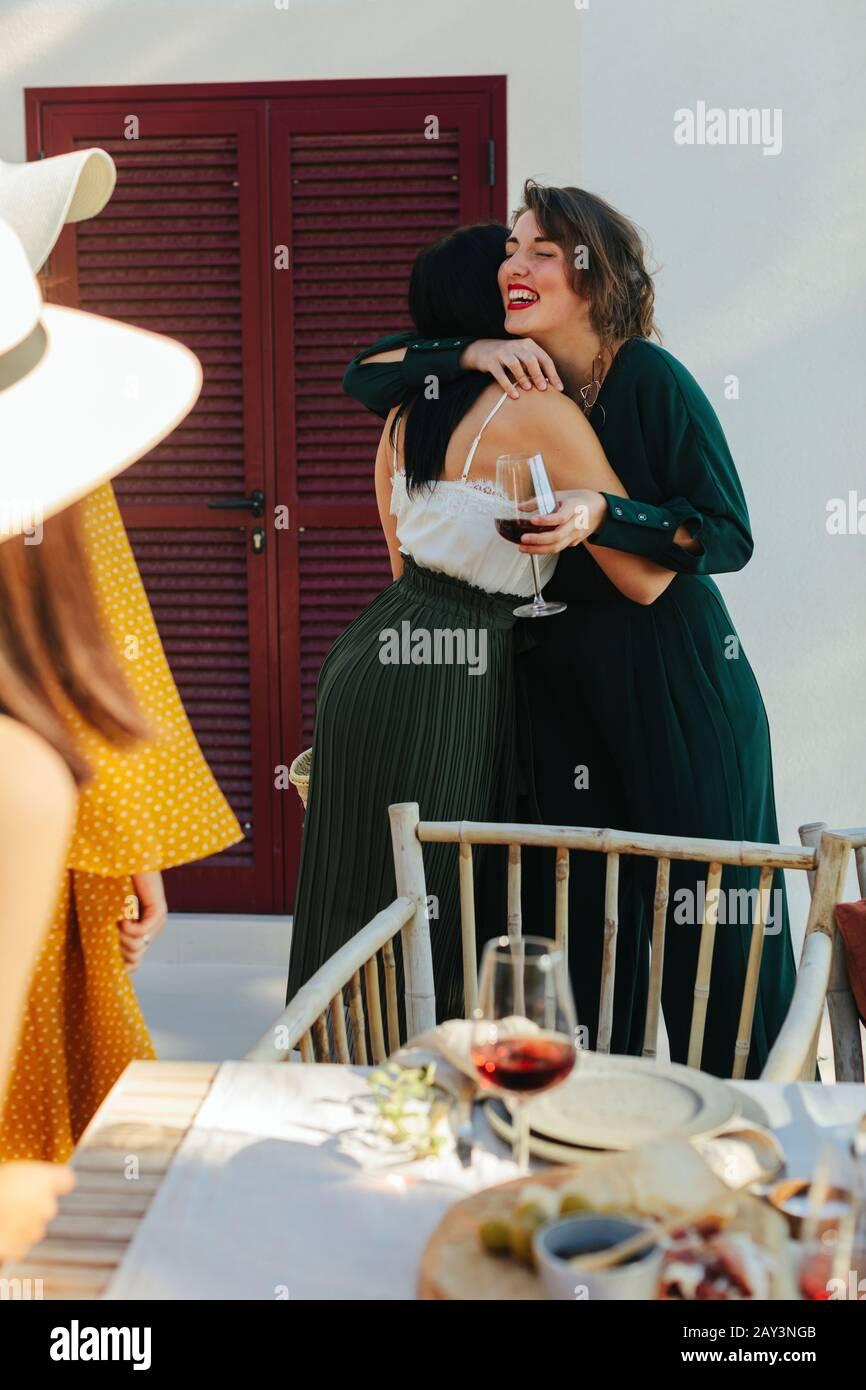 Las mujeres se saludan mutuamente Foto de stock