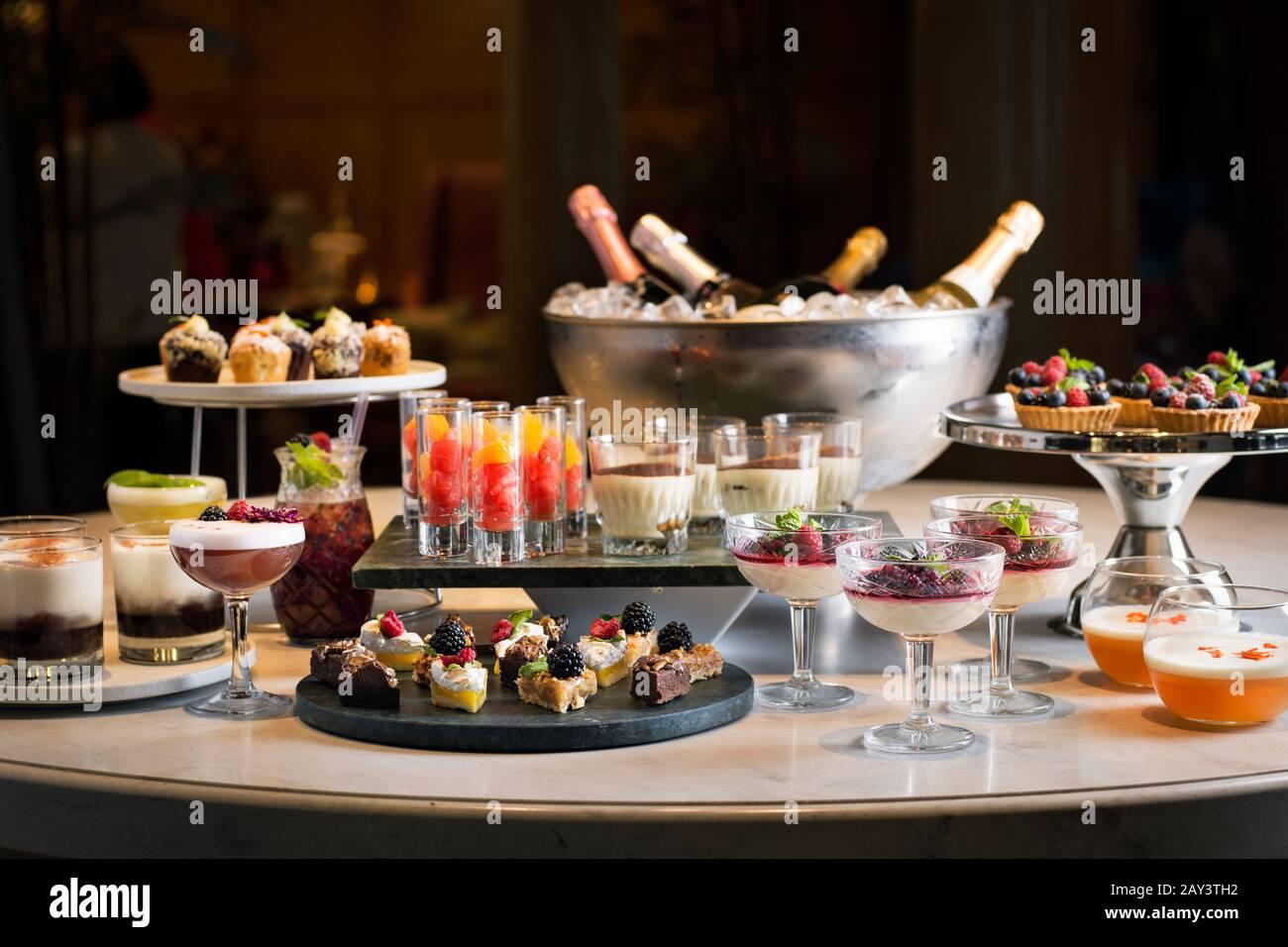 Comidas y bebidas en la mesa Foto de stock