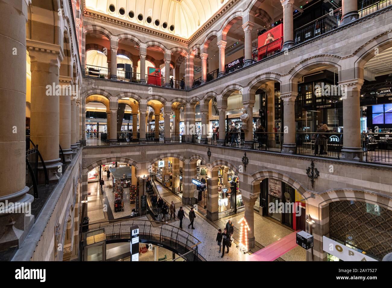 Amsterdam, Holanda - Enero 30 2020: La gente estrall dentro del centro comercial Magna Plaza de lujo en Amsterdam. El edificio data del siglo 19 Foto de stock