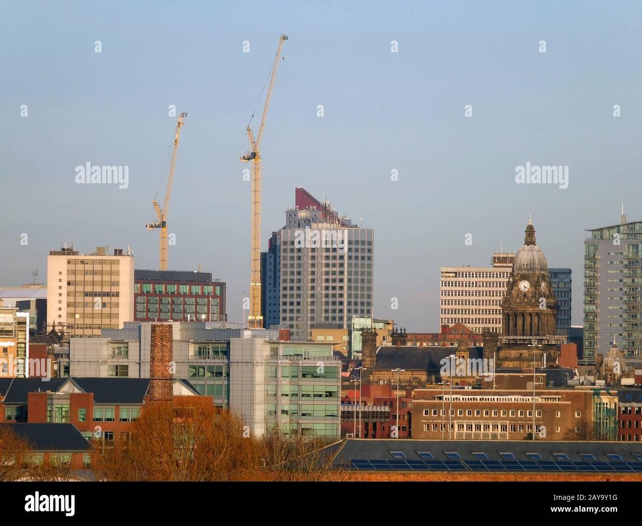 Una vista panorámica de la ciudad de leeds que muestra los edificios modernos del ayuntamiento y las grúas de construcción Foto de stock