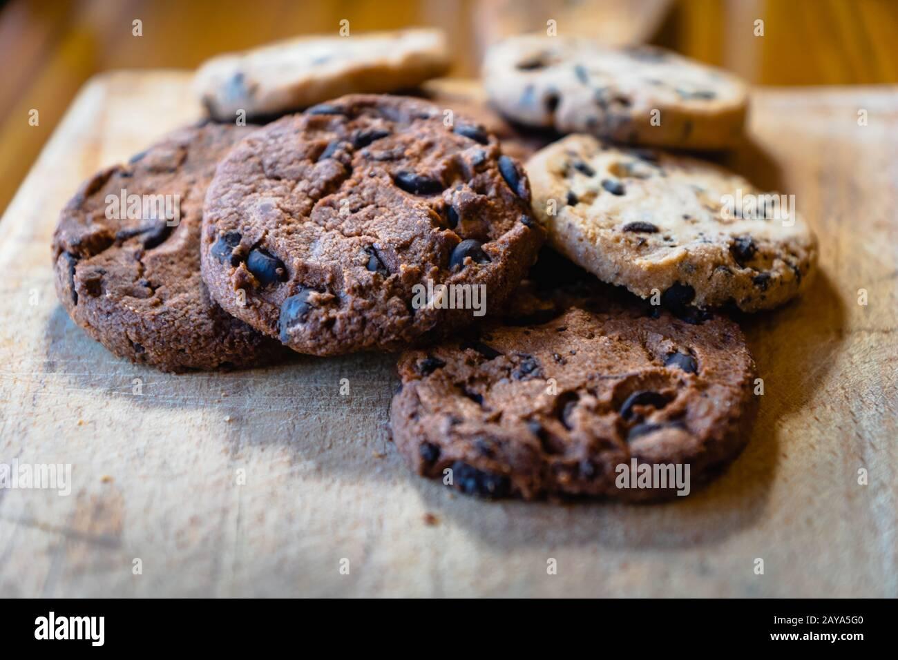 pila de galletas con trocitos de chocolate: galletas horneadas, postre, productos dulces Foto de stock
