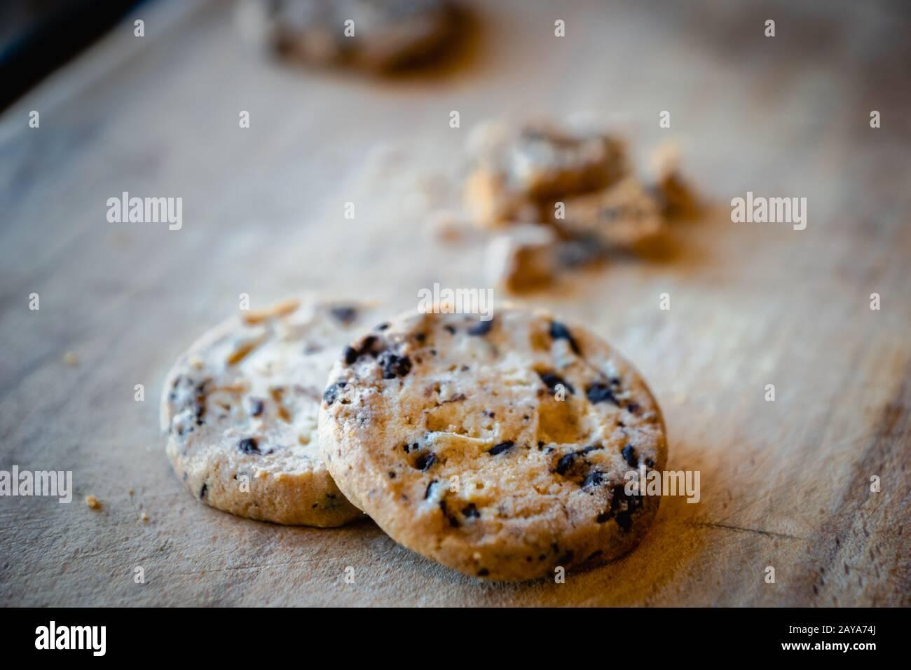 Galletas con trocitos de chocolate rotas. Cookies rotas en pedazos con migajas - concepto de imagen para la privacidad de Internet y la seguridad de los datos Foto de stock