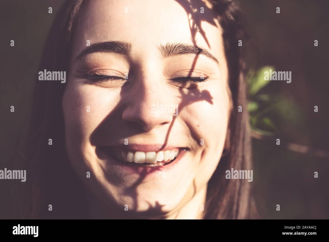 Mujer joven closeup retrato facial en el bosque Foto de stock