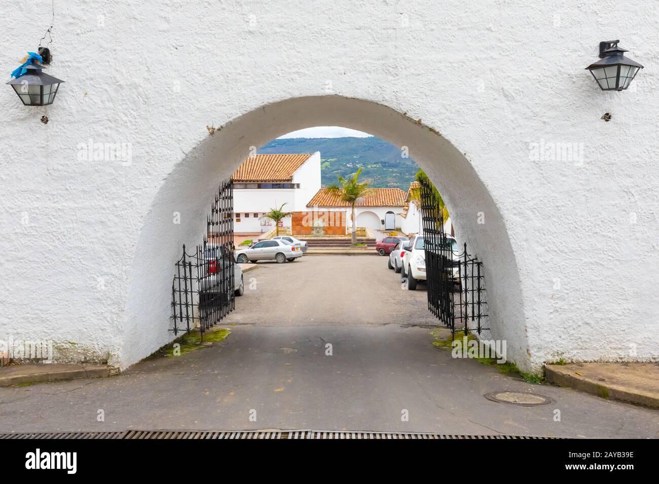 Colombia Guatavita arco de entrada del centro histórico Foto de stock