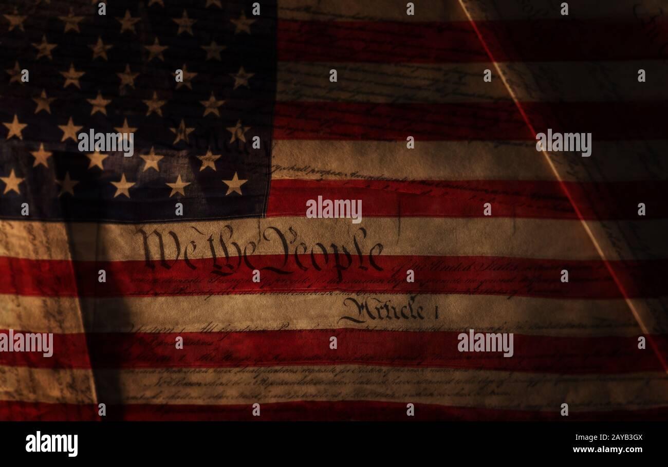 Texto de la Constitución de los Estados Unidos sobre la bandera de los Estados Unidos Foto de stock