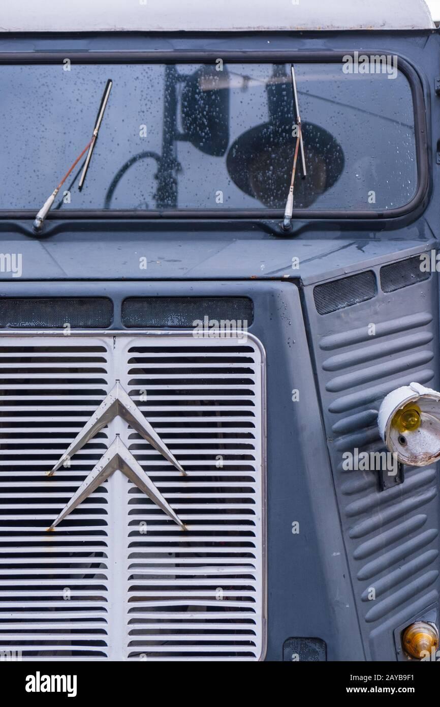 Vista frontal de un clásico Citroen H Van con logotipo visible Foto de stock