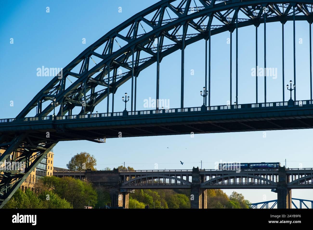 Vista de secciones del Puente Tyne y el Puente de Alto nivel en la distancia en Newcastle upon tyne, Inglaterra Foto de stock