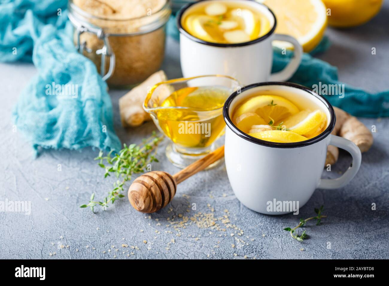 Tazas de té de jengibre con miel y limón Foto de stock