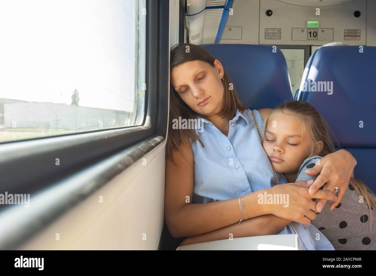 Madre E Hija Abrazando A Dormir En Un Vagón De Tren Fotografía De Stock Alamy