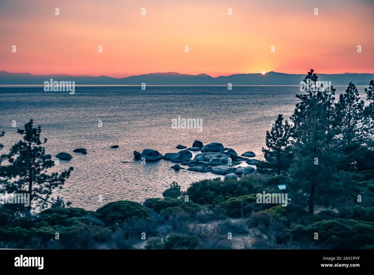 hermosa puesta de sol en el lago tahoe Foto de stock