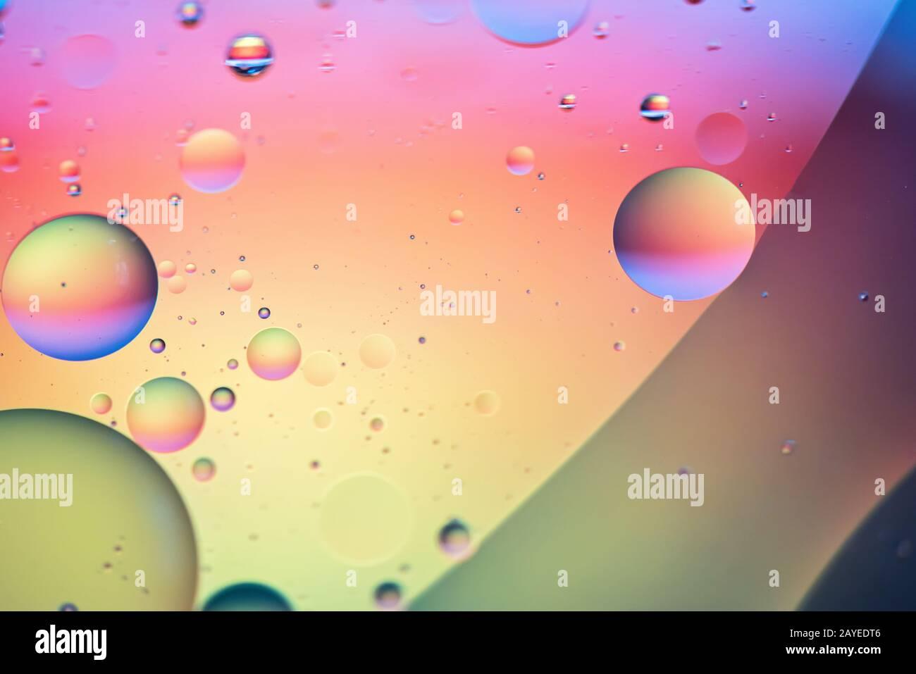 El aceite cae en el agua. Resumen desenfocado imagen psicodélica patrón color arco iris. Resumen backgroun Foto de stock