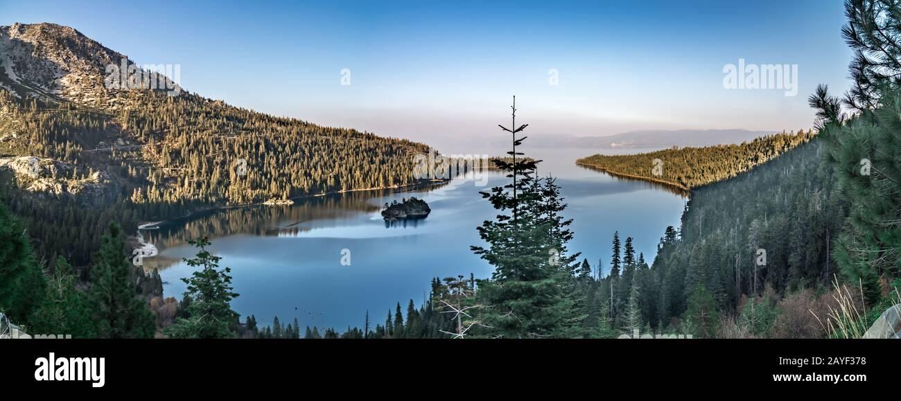 puesta de sol de noviembre sobre el lago tahoe en california Foto de stock