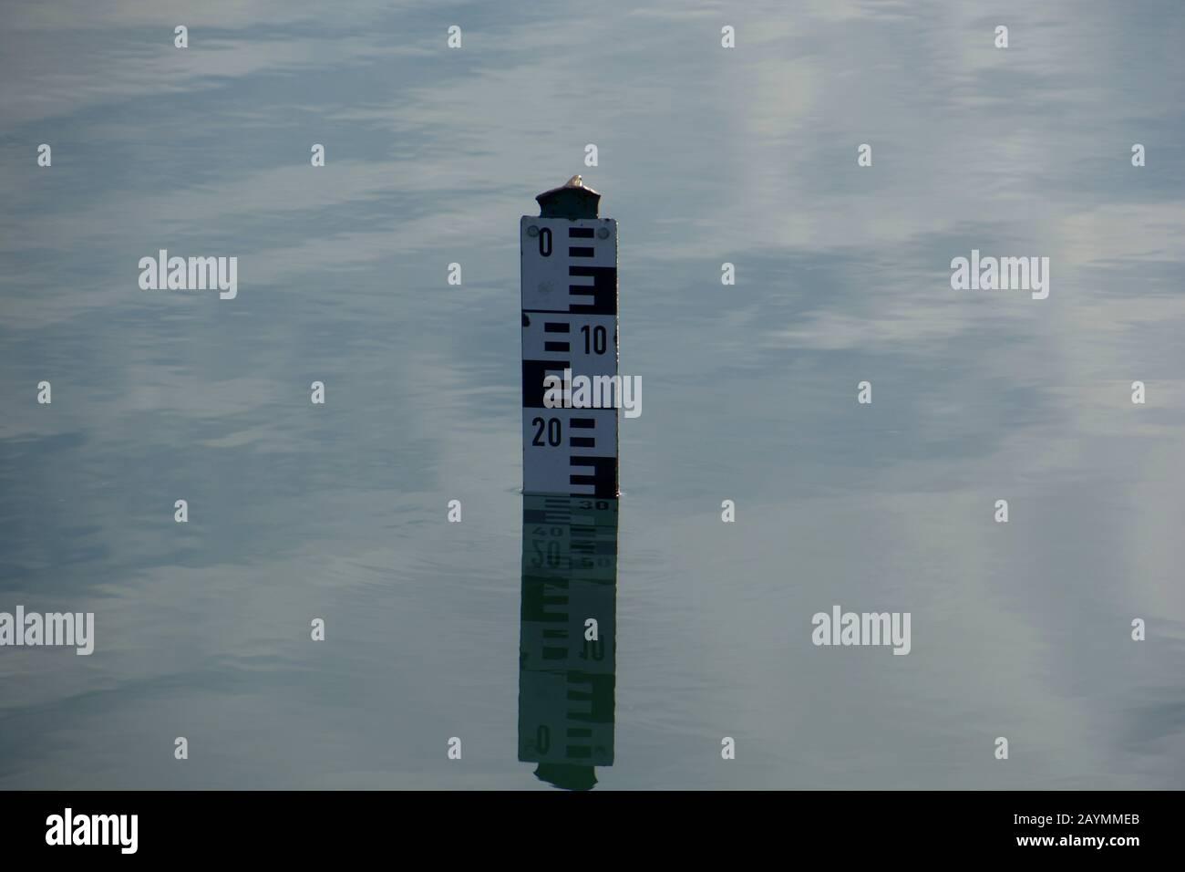 señal europea de profundidad del agua en la superficie del agua tranquila, el indicador de nivel del agua muestra la profundidad del agua en un lago Foto de stock