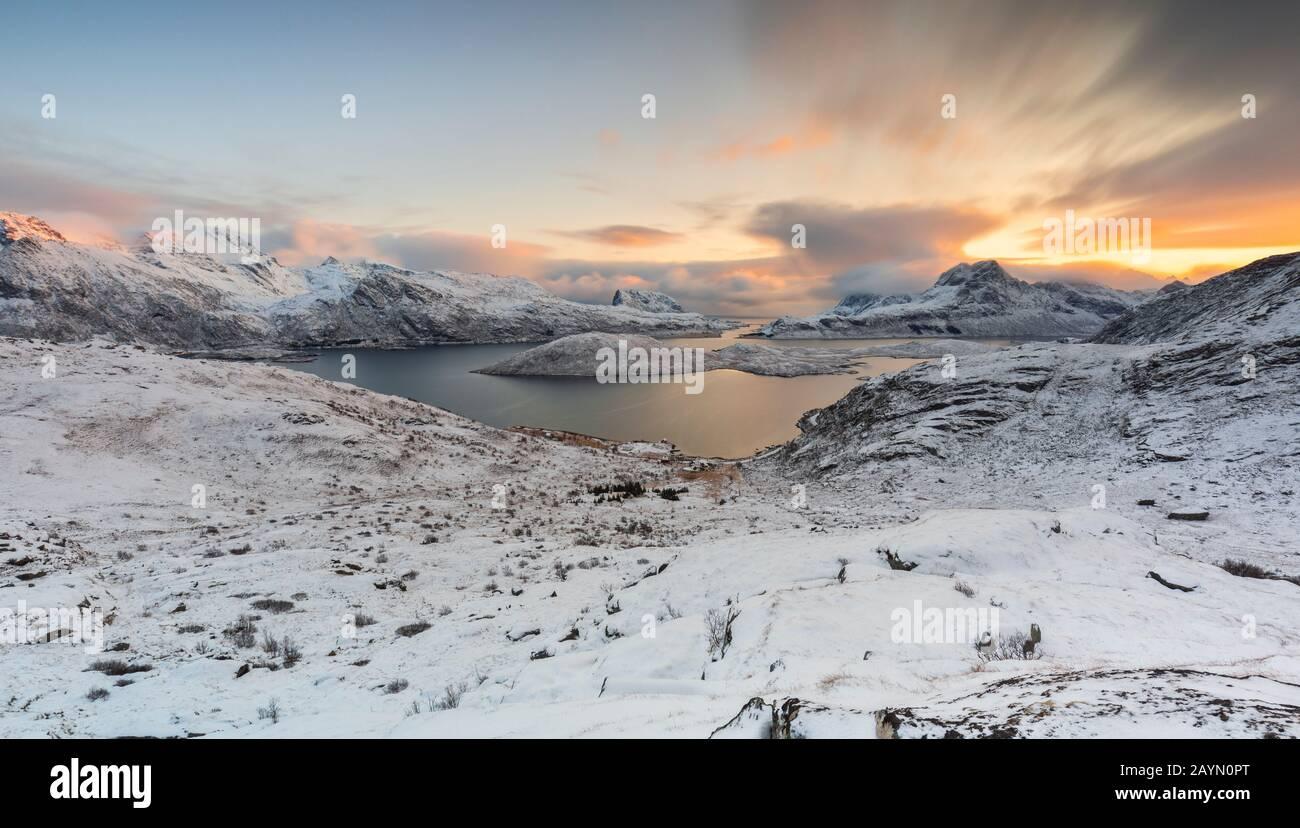 Una vista sobre Torsfjorden en el camino a Rythen, Fredvang, Flakstad, Moskenesøya, Nordland, Lofoten, Noruega, Norte de Europa Foto de stock