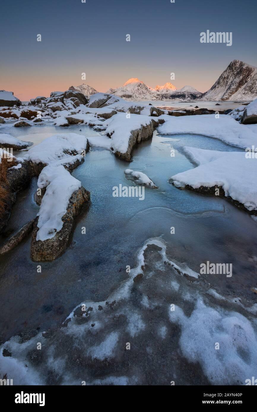 Puesta De Sol Invernal En Napp, Flakstad, Flakstadoya, Nordland, Lofoten, Noruega, Norte De Europa Foto de stock