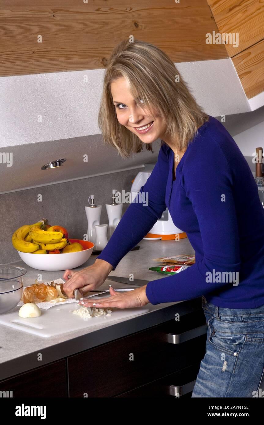 Zwiebel schneiden Foto de stock