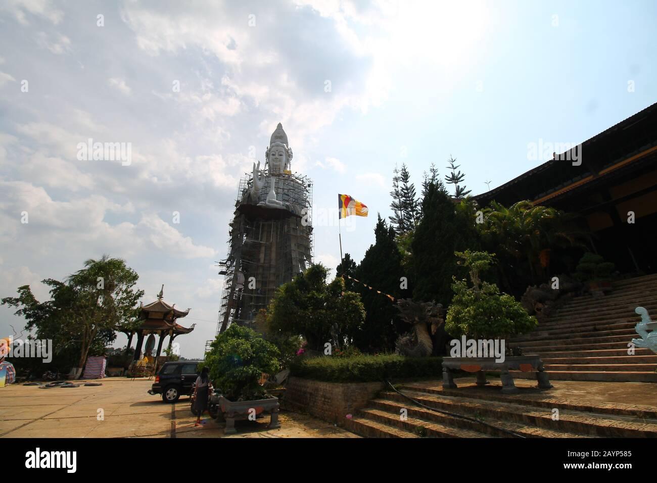 Estatua gigante de Buda bajo renovación fuera de Linh An Pagoda en da lat Vietnam que se abre y libre para los turistas locales y extranjeros Foto de stock