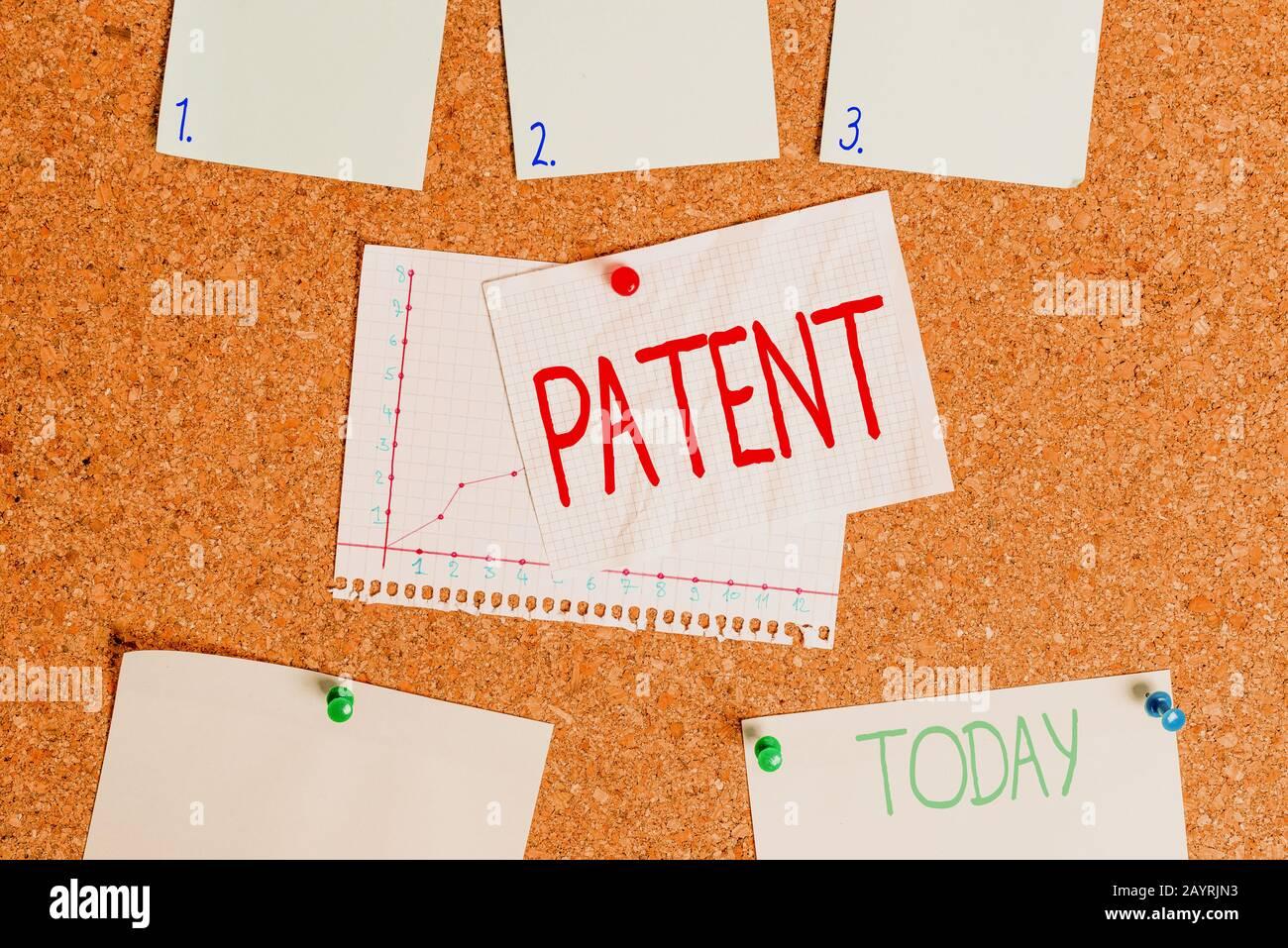 Texto de escritura de palabras patente. Foto de negocios que muestra la autoridad gubernamental o la licencia que confiere un derecho o título Corkboard color tamaño papel pin thumbta Foto de stock