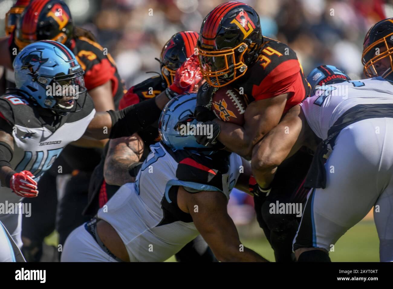 Carson, California, EE.UU. 16 de febrero de 2020. 34 Elijah Hood empujando a través de la defensa durante el XFL Dallas Renegades vs. Los Angeles Wildcats juego el 16 de febrero de 2020. Crédito: Dalton Hamm/Zuma Wire/Alamy Live News Foto de stock