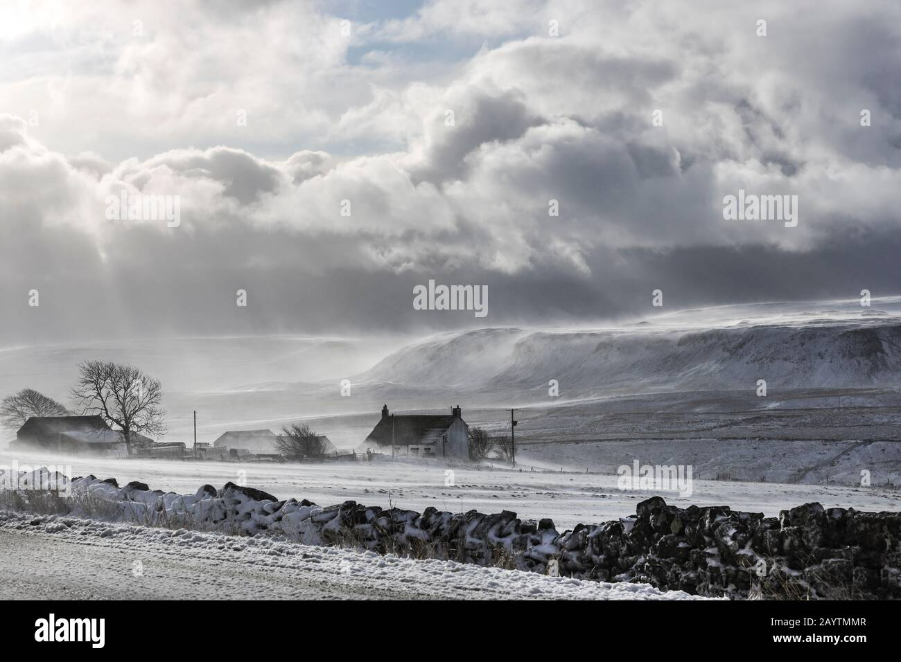 Con El Dramático Telón De Fondo de Cronkley Fell, Sprindrift Fluye a través del paisaje de Upper Teesdale, County Durham, Reino Unido Foto de stock