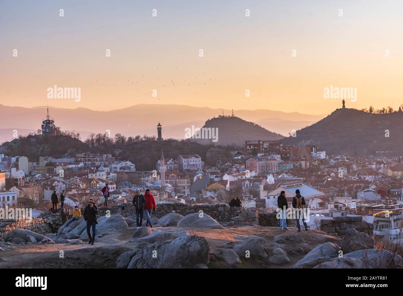 Gente viendo la puesta de sol desde la colina de Nebet tepe en la ciudad de Plovdiv, Bulgaria - la ciudad europea más antigua Foto de stock